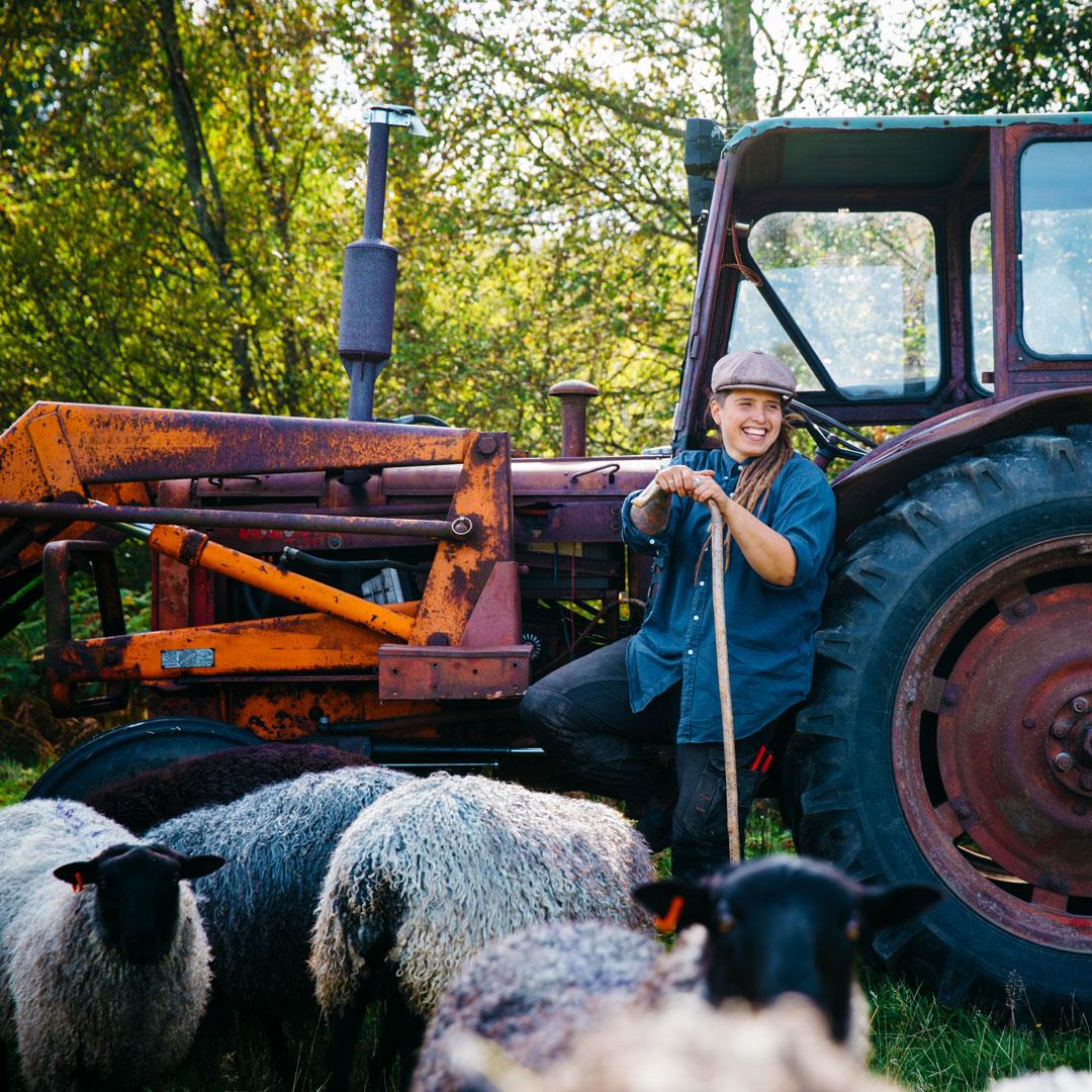 Angelika med sina får vid bästa traktorn på Angelikas gård på Österlen